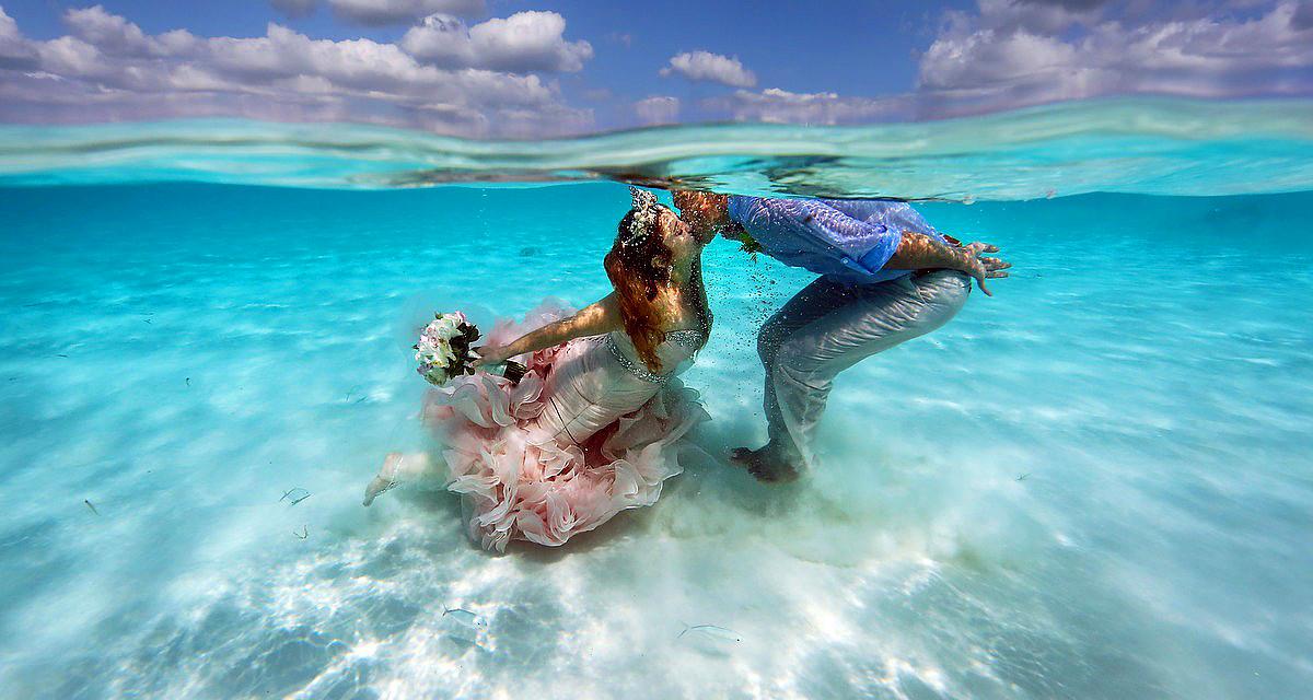 Álomszép fotók: a tenger habjaiban esküdtek örök hűséget egymásnak