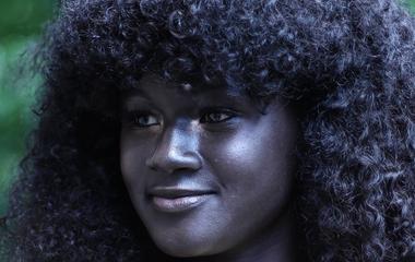 Ilyen szép bőrszínt még nem láttál: ő a legfeketébb modell ma a világon