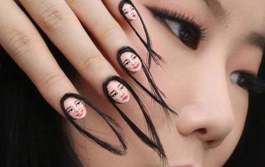 Saját arcát festette a körmeire: még hajat is ragasztott rájuk