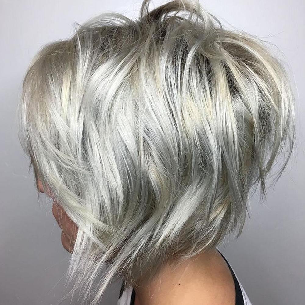 A fémes, ezüstös hajszín a vagány, rövid bobhoz illik a legjobban, és ennél a frizuránál is jól lehet játszani a világos-sötét, hideg kékes, illetve meleg fényű tónusokkal.