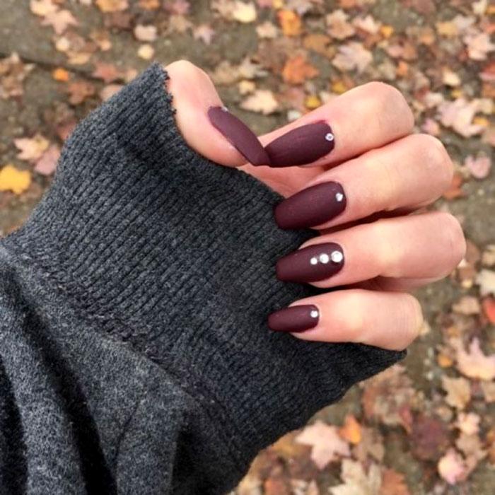 A burgundi vörös ősszel és télen is alapszín, ami annyira telt és erőteljes, hogy nem is kell bele minta - egy-egy strasszkővel azonban még különlegesebbé teheted.