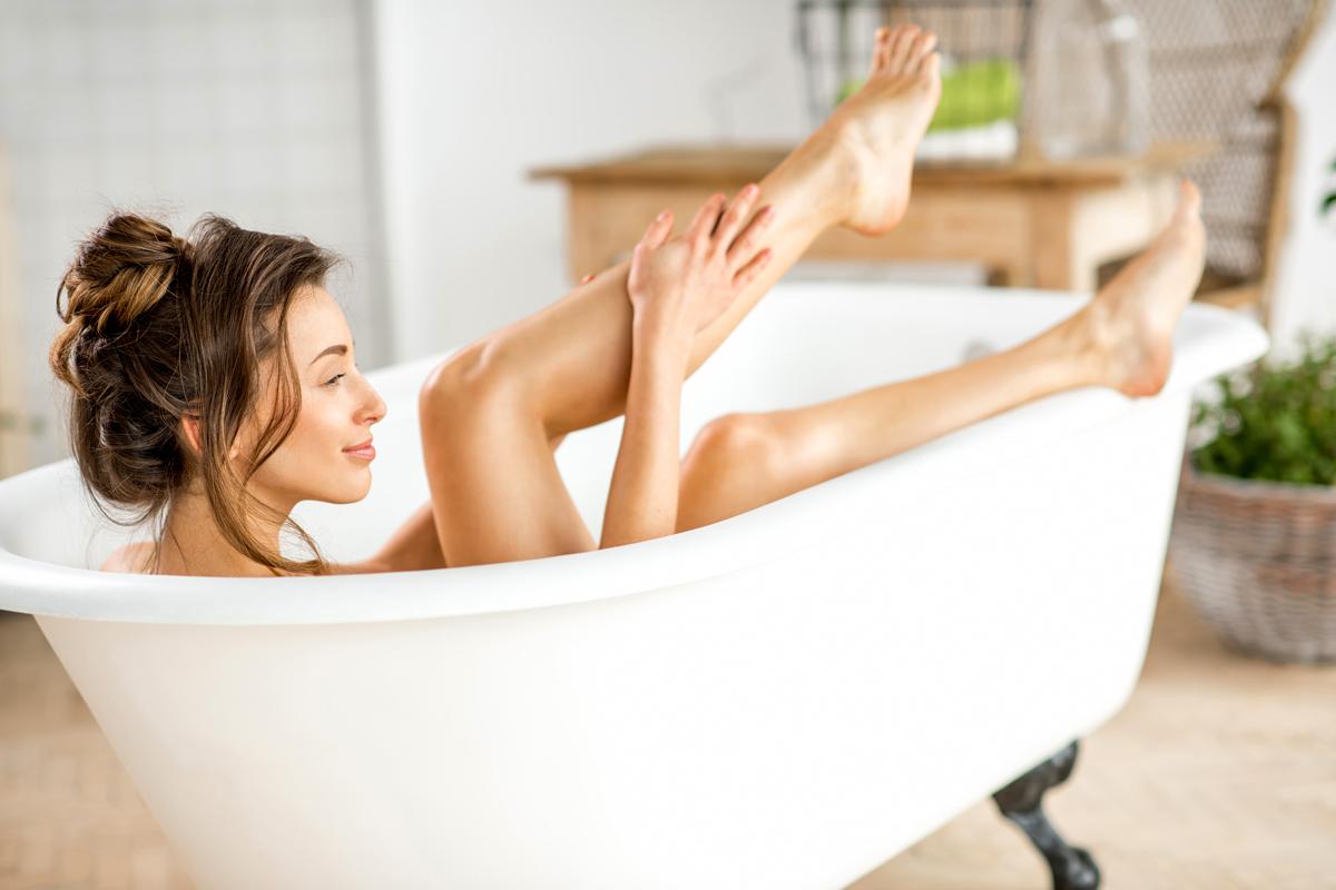 Méregtelenítő sós fürdő: mivel a só vízmegkötő hatású, a bőr rétegeibe jutva nem engedi, hogy a sejtek elveszítsék nedvességtartalmukat, ezáltal egy bőrlágyító fürdővizet nyerünk. Hatása: tisztít, méregtelenít, feltölti a bőr éléskamráját ásványi anyagokkal és nyomelemekkel, kiegyensúlyozza a bőr pH-értékét, erősíti a kötőszöveteket, élénkíti a bőrt. Elkészítése: normálméretű kádba 1 kg tengeri sót tegyél, engedj rá kevés forró vizet, hogy felolvadjon, majd töltsd tele vízzel a kádat. Legalább 20 percig pihenj a sóoldatban.
