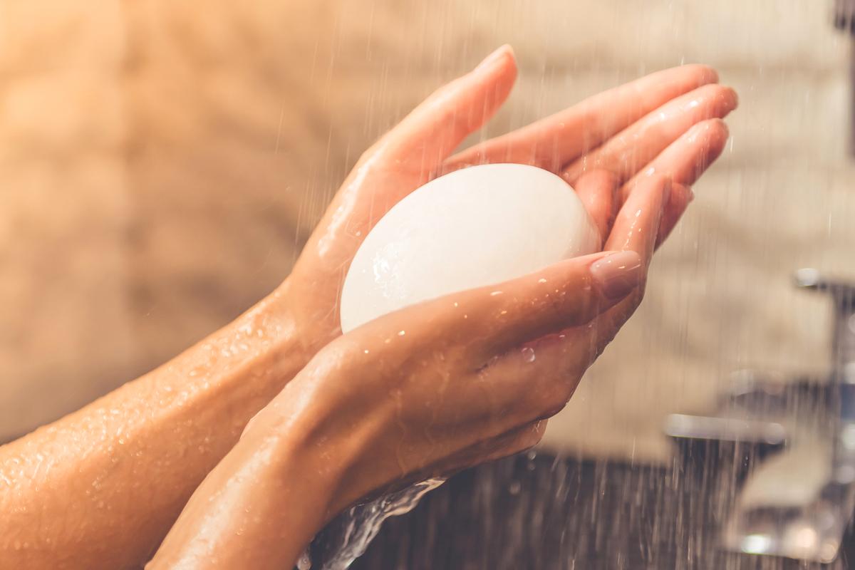 Sószappan: sóterápiás boltokban vásárolhatsz tengeri sóból készült szappant, mely a száraz bőrt hidratálja, a zsíros bőr esetében pedig szabályozza a faggyútermelést. Ne használj más lemosót, csak a szappant, azután a megszokott módon hidratáld a bőröd. Sajnos a sószappan hatását ellensúlyozza a túlzottan klóros víz, ezért arcmosáshoz palackozott forrásvizet is használhatsz.