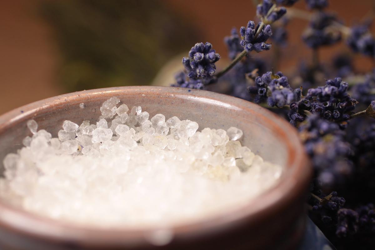 Mélyen tisztító arctonik zsíros bőrre: méregtelenít, mélyen tisztít, hidratál, csökkenti a gyulladást, és hámlaszt. Pattanások megelőzésére, illetve kezelésére is használhatod rendszeresen, mindennap reggel és este. Hozzávalók: 1 teáskanál tengeri só, 1 teáskanál almaecet, 5 dl felforralt és visszahűtött víz, 2-4 csepp teafaolaj.