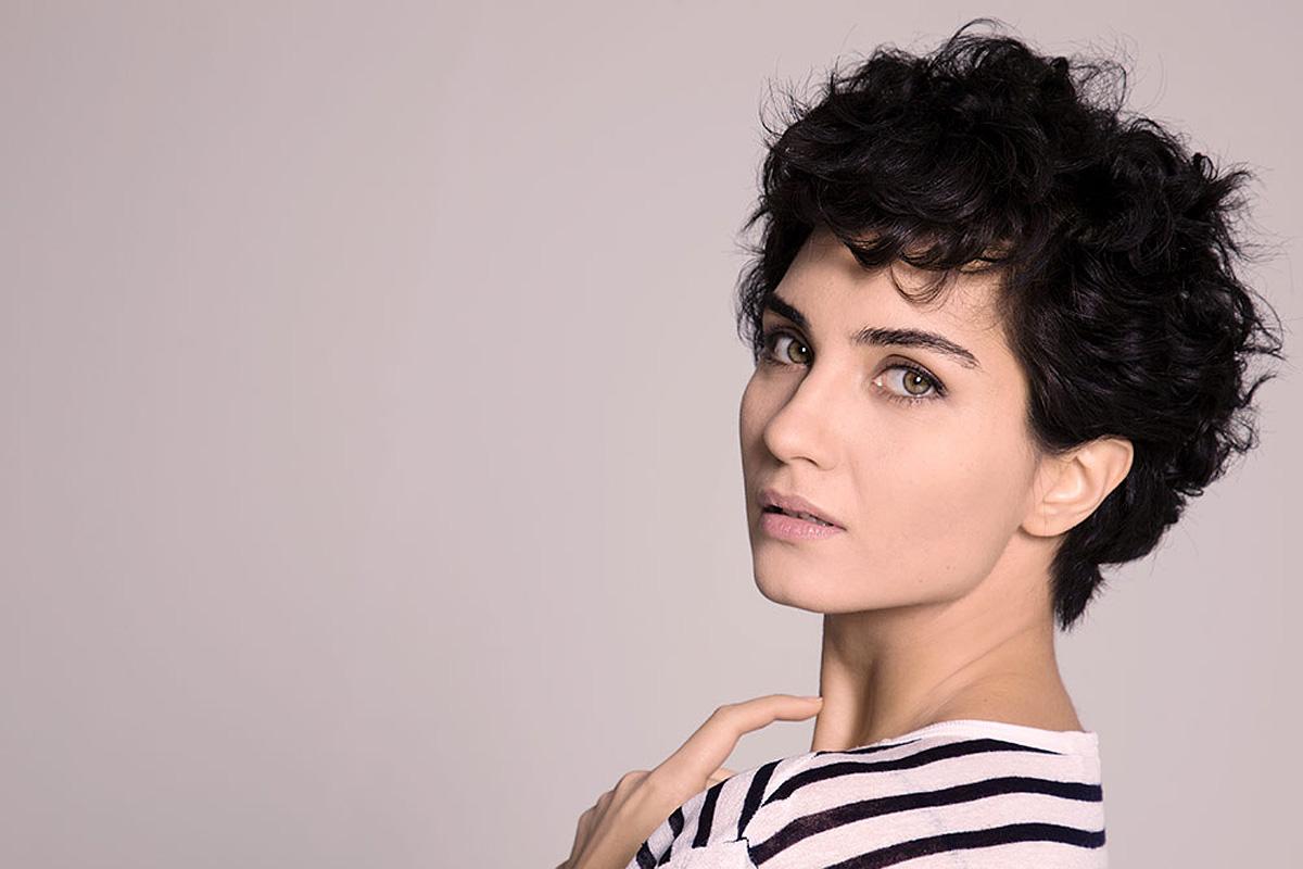A hullámos, rövid haj újra divatos, így ezt is érdemes ellesni a török színésznőtől.