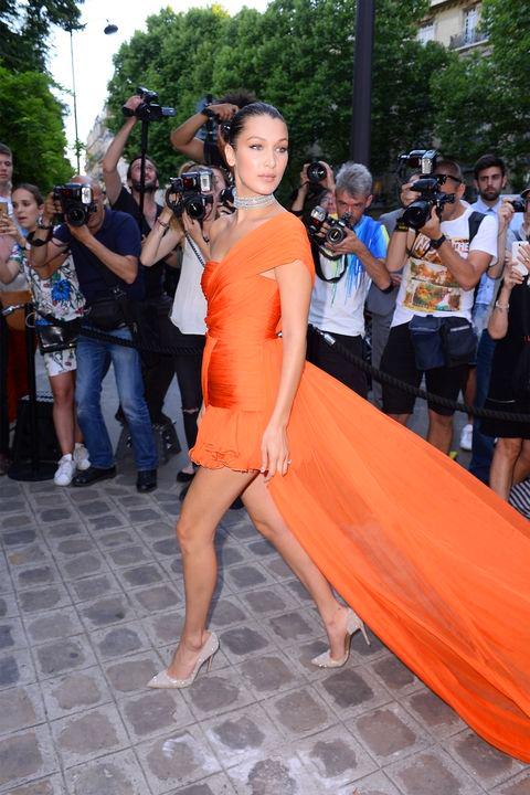 Íme, a bizonyíték, hogy a narancssárga nagyon nőies és vibráló lehet, csak tudni kell viselni. Időnként ilyen stílusosan tud felöltözni a fiatal modell, így nem értjük, máskor hol hagyja az ízlését.