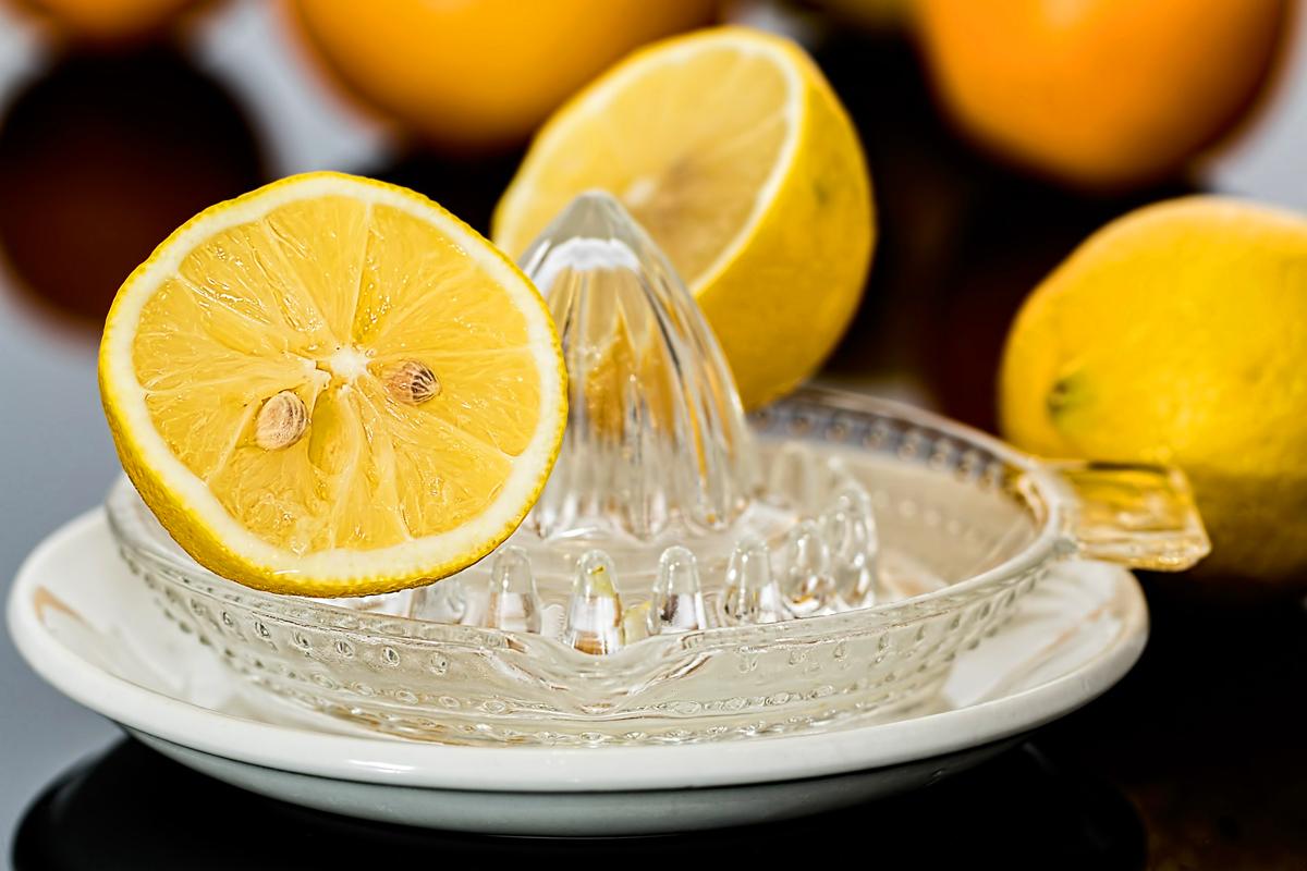 A C-vitamin elengedhetetlen a zsírbontás szempontjából, éppen ezért a citromkarikák is hozzájárulnak az egészségesebb fogyáshoz.