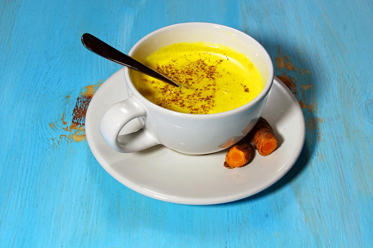 A kurkumás tej, más néven aranytej egy hagyományos ayurvédikus ital Indiában. Manapság egyre népszerűbb, és számos ízesítési formája létezik. Hozzávalók: 400 ml kókusztej, 1 púpos teáskanál kurkuma, 1/2 teáskanál mandulaolaj, 1 késhegynyi őrölt fekete bors, 1/2 teáskanál őrölt gyömbér, csipetnyi őrölt fahéj, csipetnyi őrölt kardamom, 1 teáskanál méz. Rengeteg benne az antioxidáns, és segíti a szervezet méregtelenítő folyamatait.