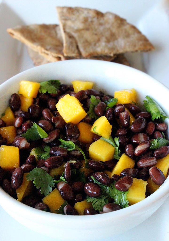 Fekete bab- és mangósaláta: kicsit bizarr párosításnak tűnhet, de nagyon ízletes és laktató ételről van szó. A bab szolgáltatja az izmok számára a fehérjét, a mangó pedig vitaminokban és rostokban gazdag táplálék. Tartalmaz még frissen facsart lime-, narancs- és citromlevet, juharszirupot, koriandert, sót és borsot. Kalória: 349 kcal. Fehérje: 16,9 gramm.