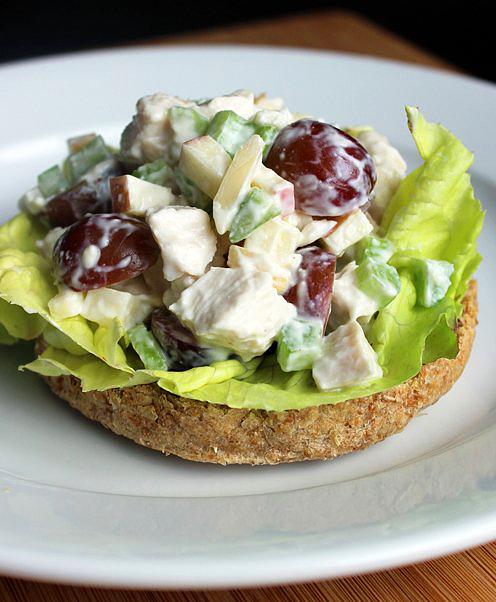 Görög joghurtos csirkesaláta: a kevésbé zsíros görög joghurttal jól helyettesíthető a majonéz a salátában. Nagyjából ugyanazt az állagot lehet kikeverni. Tálalhatod zöld salátaágyon vagy egy szeletke teljes kiőrlésű kenyéren. Kerüljön bele kockára vágott zeller, kockára vágott alma, maréknyi szőlőszem és egy csészényi mandula. Kalória: 139 kcal, fehérje: 19,6 gramm.