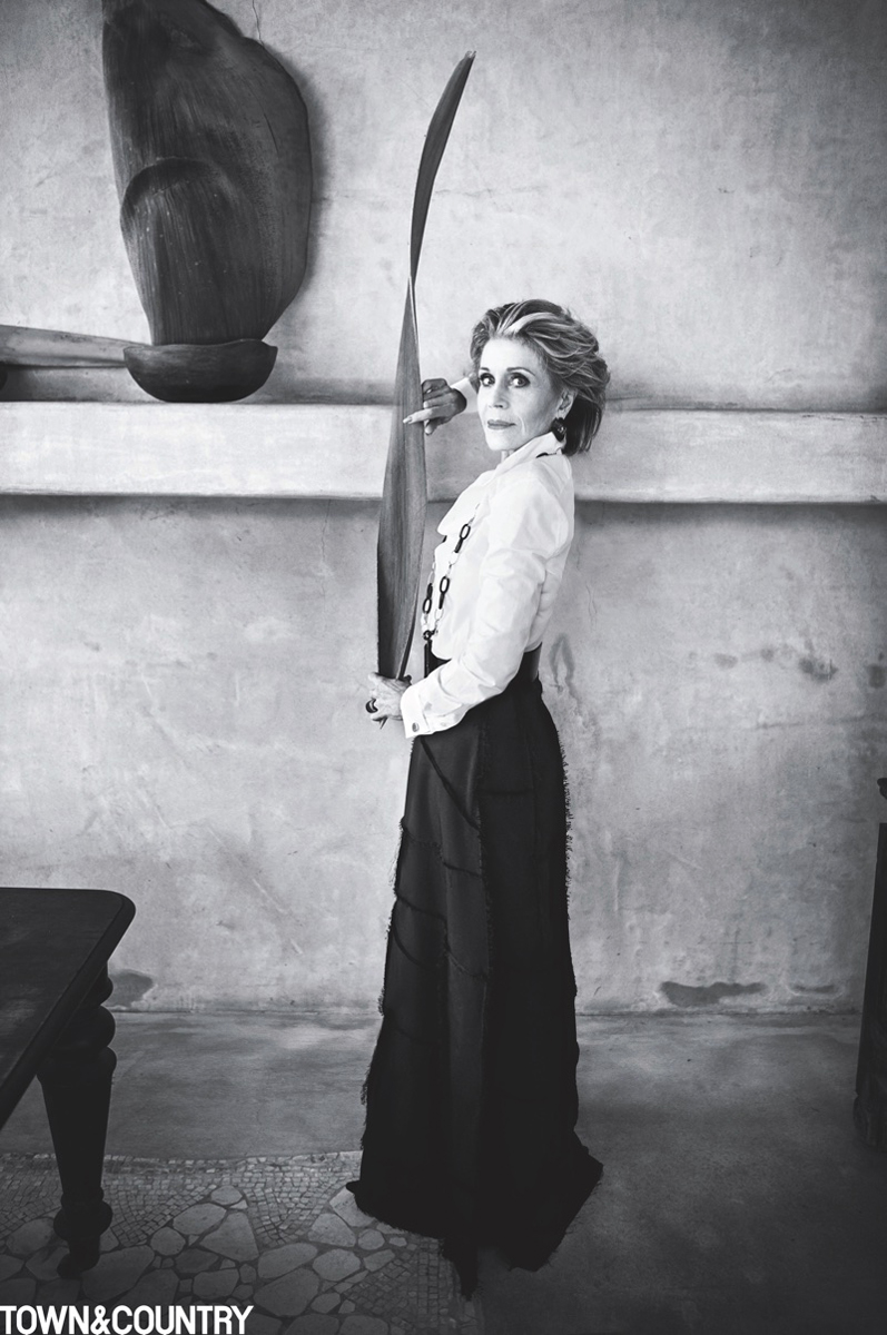 A The Row sejtelmes szabású szoknyájában és a Ralph Lauren divatház ingében remekül fest a színésznő, de nemcsak karcsú, fitt alakja miatt, hanem, mert látszik rajta, hogy jóban van önmagával.