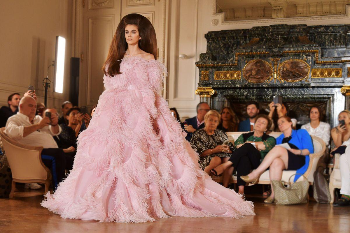 Ezzel a frizurával, a Valentino rózsaszín ruhájában úgy nézett ki a fiatal modell, mint egy tortára biggyeszthető marcipánbaba.