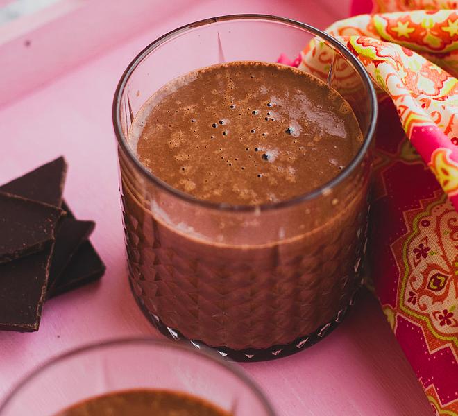 A vegán forró csoki legalább annyira krémes és finom, mint az eredeti. Hozzávalók négy főre: 1 bögre kesudió egy éjszakára beáztatva, 3 bögre víz, 1/4 bögre kakaópor, 1 szem datolya kimagozva, 3 evőkanál juharszirup, 50 g 70%-os étcsokoládé felkockázva, 1/4 teáskanál só, 1 vaníliarúd kikapart magjai. A beáztatott kesudiót szűrd le, és tedd bele robotgépbe. Add hozzá a többi összetevőt, és turmixold addig, amíg sűrű, pépes állagot érsz el. Recept forrása: www.zizikalandjai.com