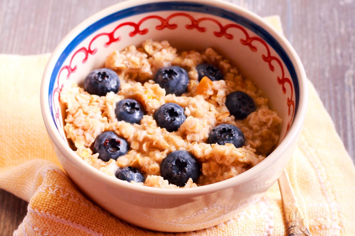 A zabkását reggelire is fogyaszthatod, illetve bármikor számíthatsz rá, ha nagyon vágysz egy kis édességre. Nagyon telít, így garantáltan megszünteti az éhségérzetet. Gyümölccsel, olajos magvakkal is dúsíthatod. Alap zabkása készítése: forralj fel félcsészényi vizet és félcsészényi szójatejet. Önts bele félcsészényi finom szemű zabpelyhet, és kavargasd addig, míg be nem sűrűsödik.
