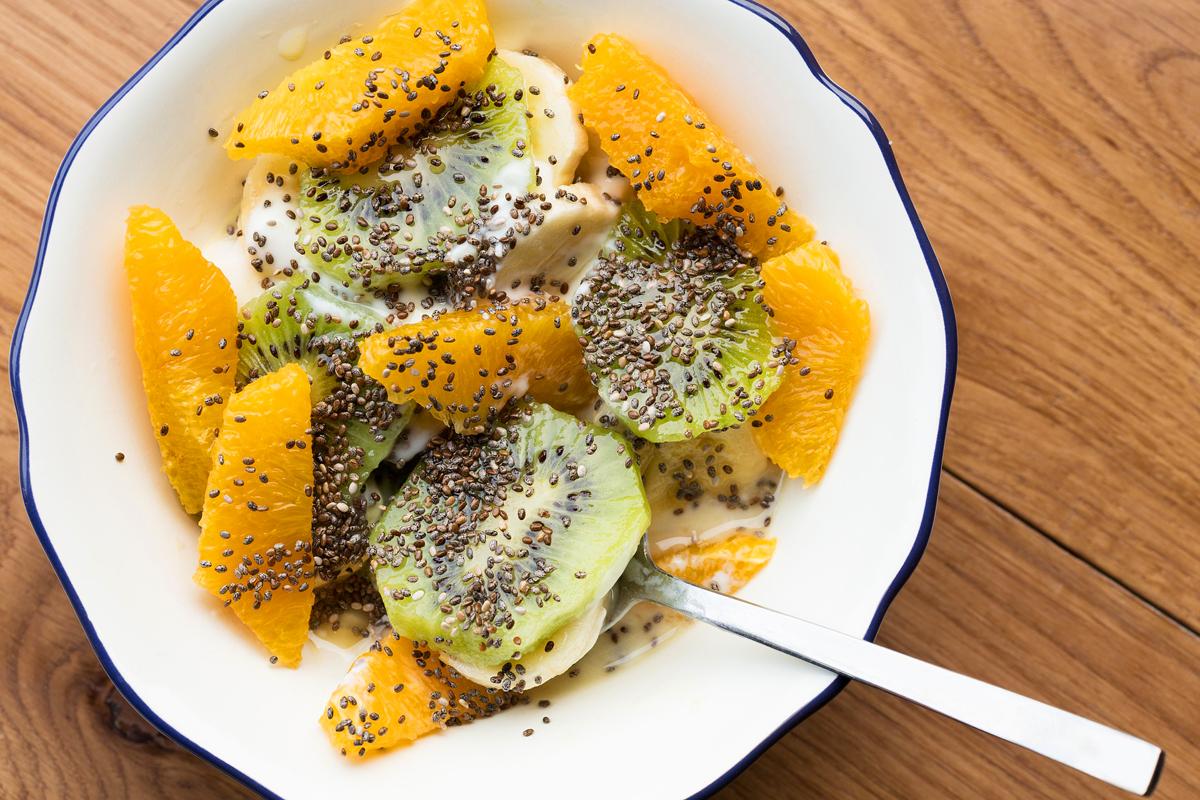 Joghurtos gyümölcssaláta chia magokkal: válaszd ki a kedvenc gyümölcseidet, vágd őket apró szeletekre vagy falatkákra, öntsd nyakon az egészet natúr joghurttal, és a tetejét szórd meg egy evőkanálnyi chia maggal.