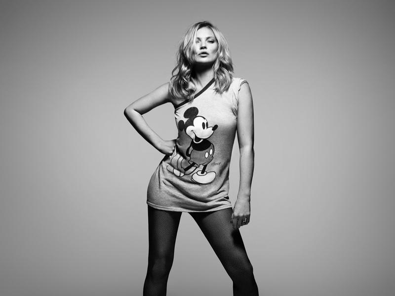 Kate Moss is modellt állt a Mickey Mouse & Me című fotókönyvhöz, méghozzá egy Mickey egeres pólóban.