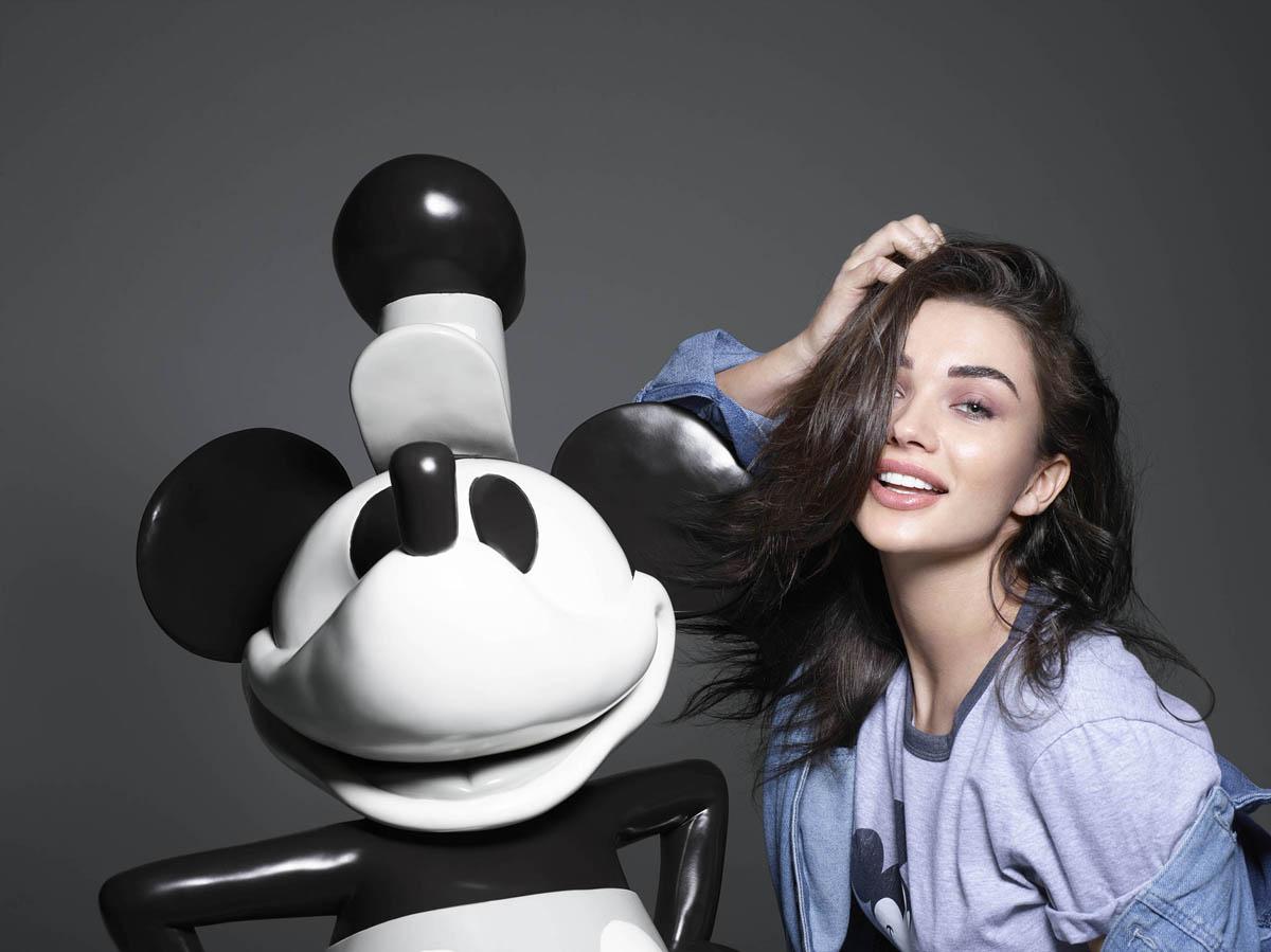 Amy Jackson a retró Mickey egérrel pózolt.