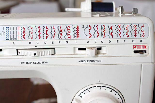 Válassz egy dekoratív öltést a szélek elvarrásához. Ha nincs rajta cikk-cakk opció, az egyenes öltéstípus is megteszi.
