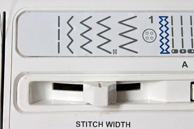 A szélek elszegéséhez válaszd ki a cikk-cakk öltést a varrógépen.