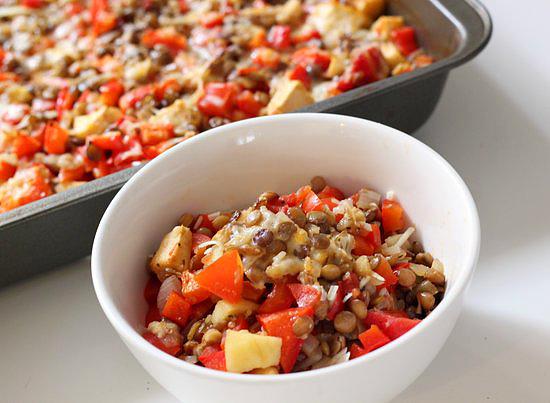 Tepsiben sült rakott lencse kaliforniai vagy kápia paprikával: A- és C-vitaminban, illetve rostanyagban gazdag étel, mely alapvetően lencsét, paradicsomot, hagymát, almát és sajtot tartalmaz, hús nélkül. Bazsalikom és olívaolaj is megtalálható benne, és egy löttyintésnyi fehérbor sem hiányozhat belőle. Kalória: 233 kcal, fehérje: 11,6 gramm. Érdemes előre elkészíteni az ételt, mert az edzés után gyors energiapótlásra lesz szükséged.