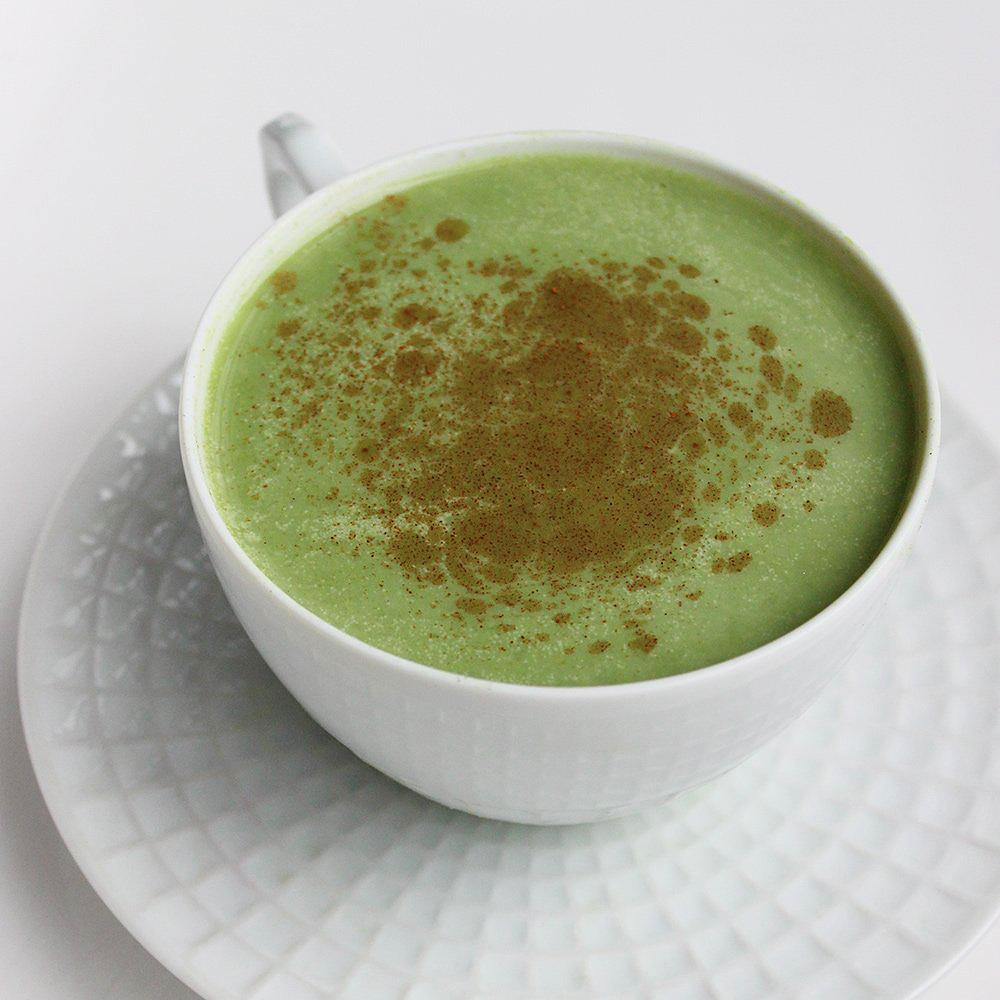 Matcha zöld tea latte hozzávalói: 1 csésze kókusztej, 2 g matcha zöld tea por, 1/3 csésze meleg víz, ízlés szerint némi édesítőszer és fahéj. Melegítsd fel a kókusztejet egy edényben, a matcha port add hozzá a meleg vízhez, majd az egészet öntsd össze egy nagy keverőtálban. Habverővel verd fel habosra, majd fahéjjal megszórva tálald.