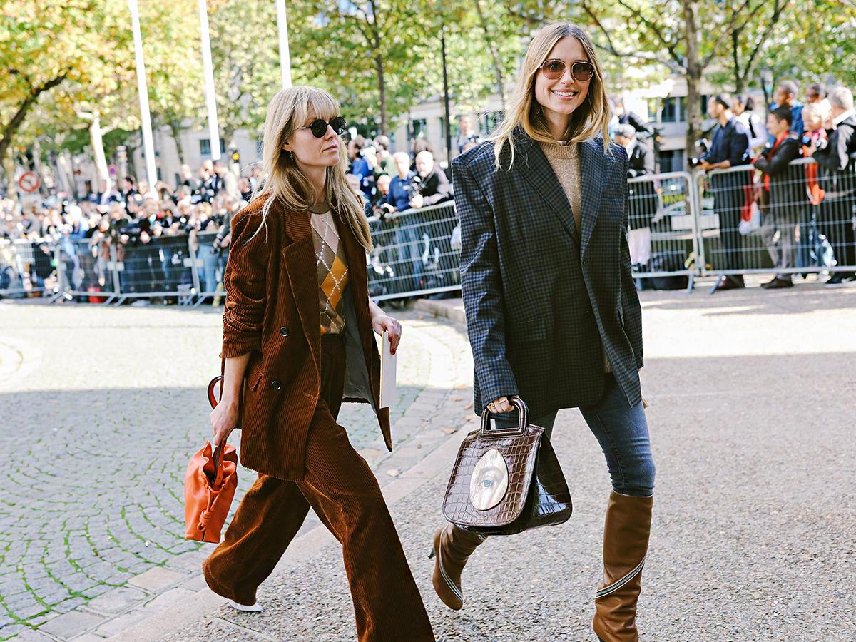 A hetvenes éveket idéző kordbársony blézerek, valamint a nyolcvanas évek divatjára hajazó, széles vállú zakók nagy hangsúlyt kapnak a 2018-as divatban.
