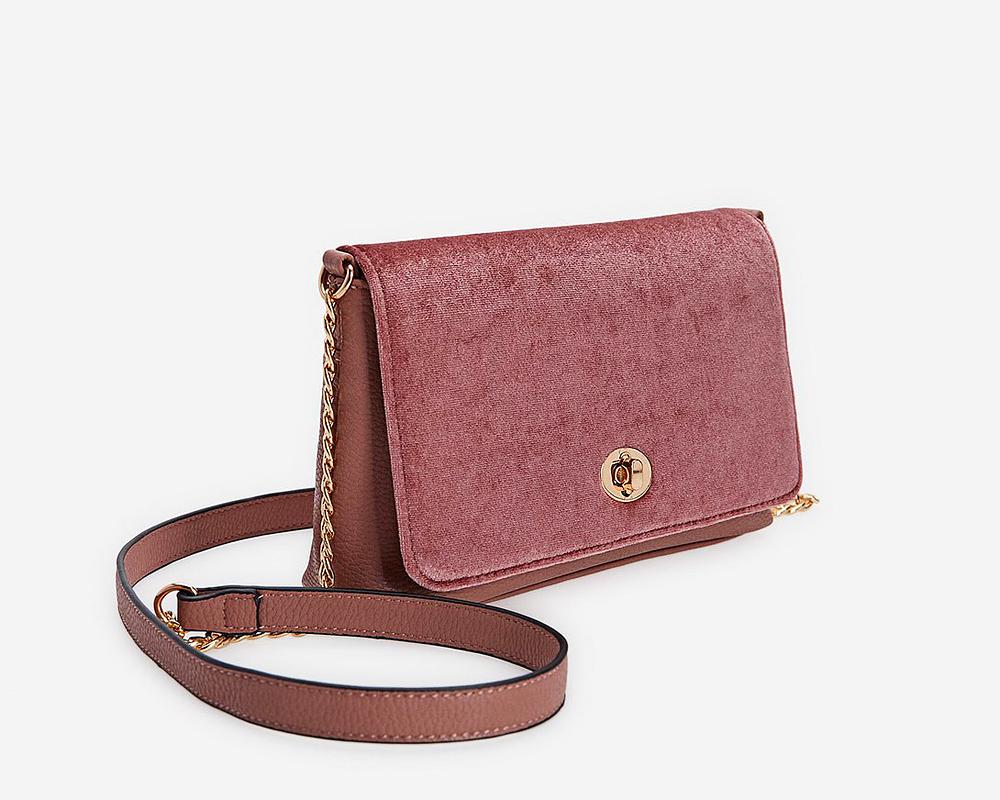 A Stradivarius táskájával remekül fel lehet élénkíteni a sötét ruhákat. Az ára 3995 forint.