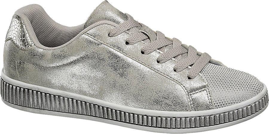 A Deichmann ezüstös tornacipője 6990 forintért lehet a tiéd.