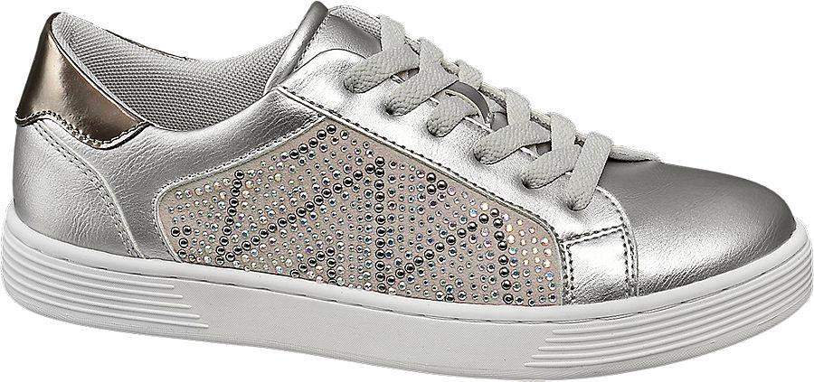 A Deichmann strasszos, ezüstös sportcipője 5990 forintba kerül.