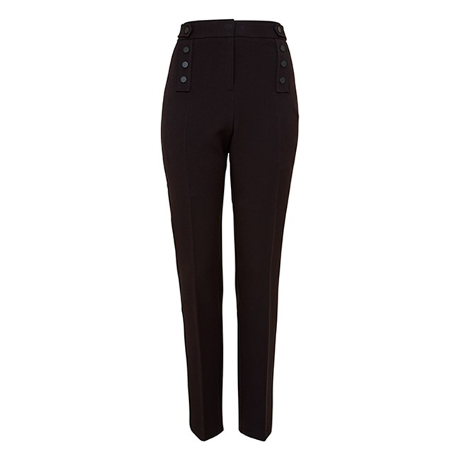 Az F&F magas derekú, elegáns fekete nadrágja képviseli a nélkülözhetetlen klasszikus kreációt, mely bármilyen alkalomra előkapható a szekrényből. Az ára 5990 forint.
