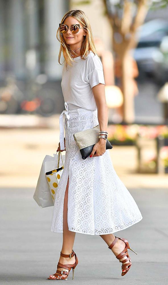 Egy szimpla fehér póló is milyen nőies tud lenni, ha csipkés midi szoknyával boronálják össze.
