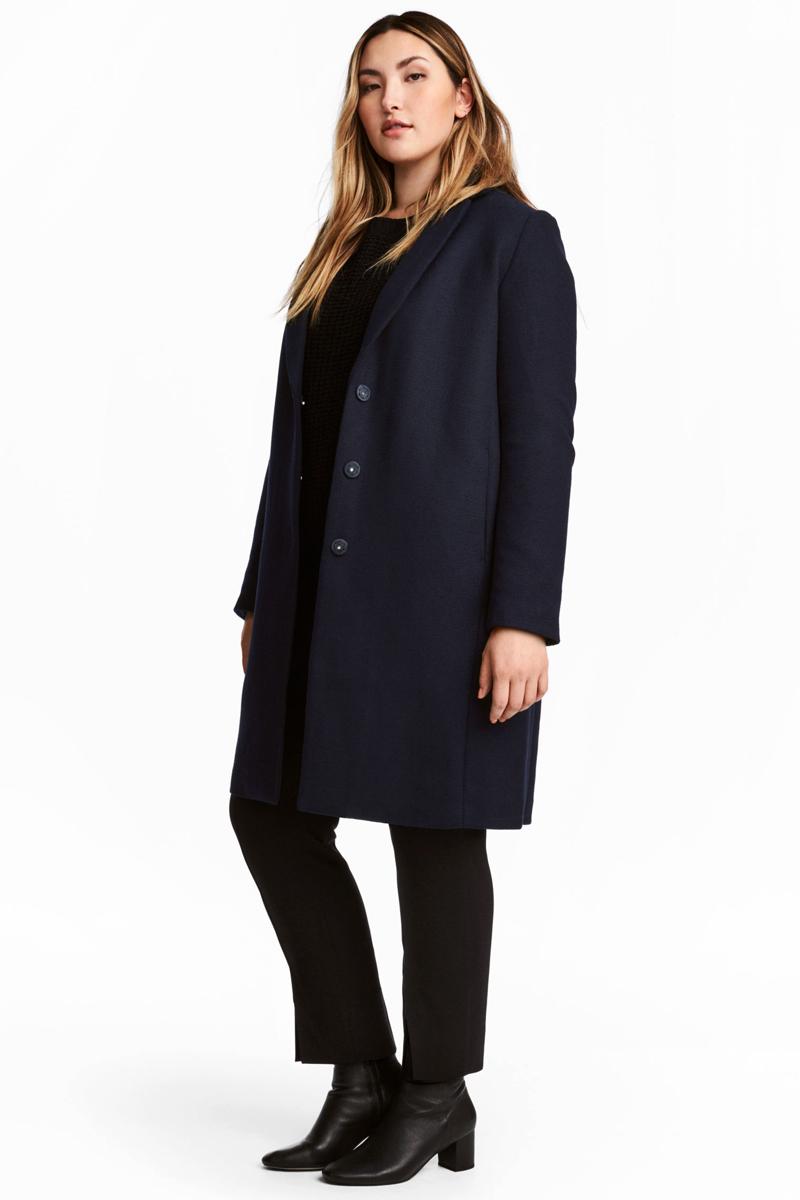 Az egyenes vonalú kabát szintén szerencsés választás lehet, amennyiben nem túl hosszú, és nem túl szűk fazon. A H&M plus size vonala slankító sötét színekben tartogat ilyen darabokat.