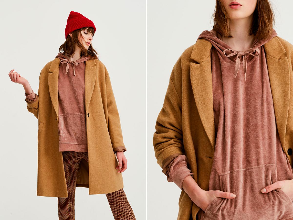Egyszerre vagány és nőies szetteket lehet összehozni egy ilyen plüss pulóverrel, mely a Pull&Bear üzleteiben kapható, 4995 forintért.