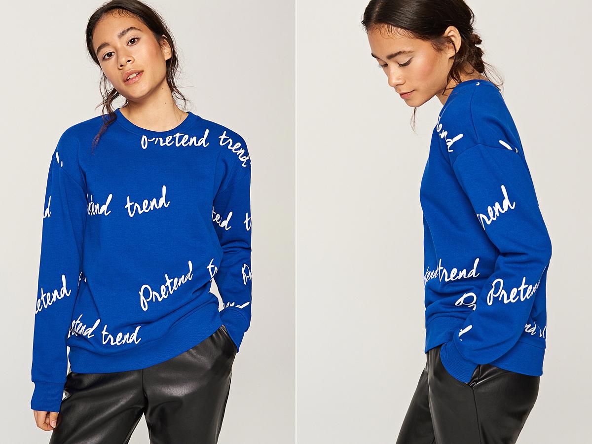 A Reserved vidám, kék színű, feliratos pulóvere 3995 forintba kerül.