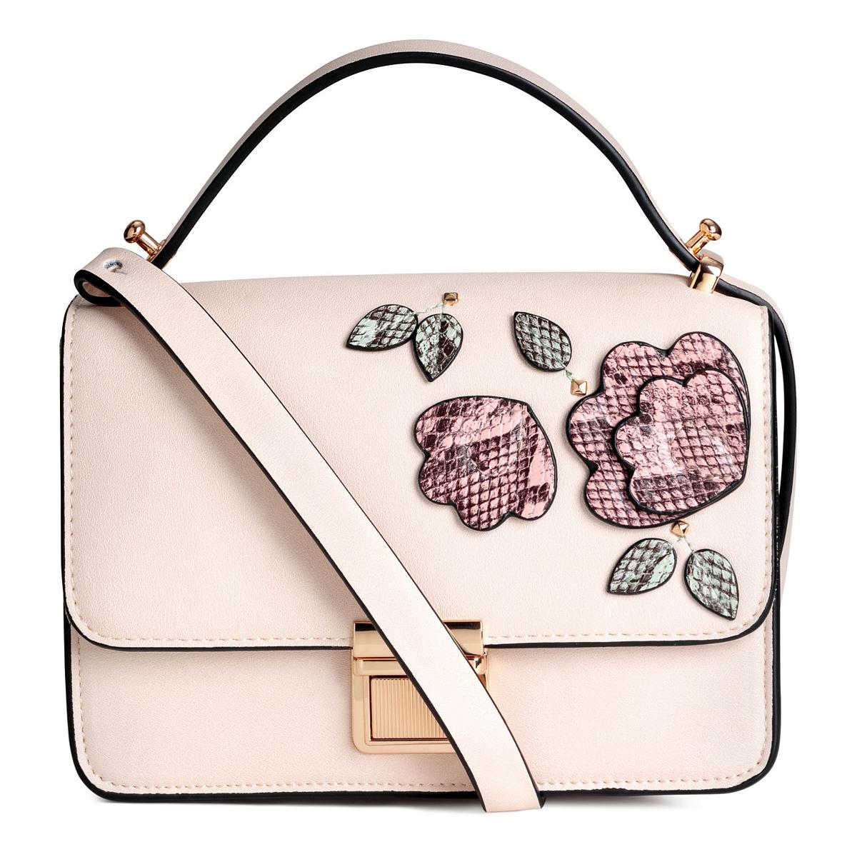 A romantikus púderrózsaszín, virágos táskák sem sziruposak, ha nem lőnek túl a célon. A H&M darabja 8990 forintba kerül.