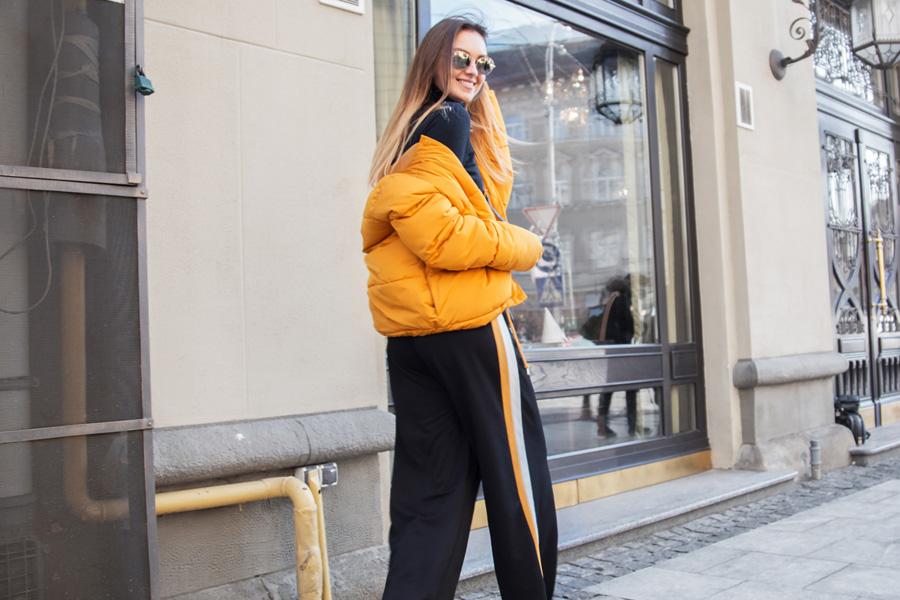 A mustársárga pufidzseki a szezon egyik legdivatosabb ruhadarabja.