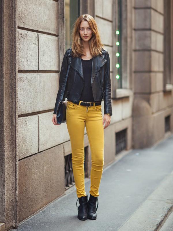 A színes nadrágok sem csak a nyár sajátjai, hideg időben is jól mutatnak.