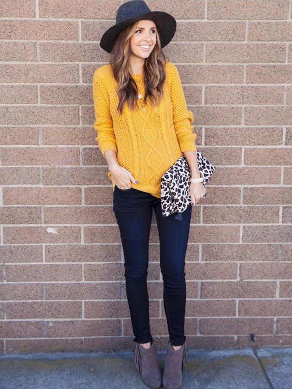 A kötött pulóver is remekül mutat ilyen színben.