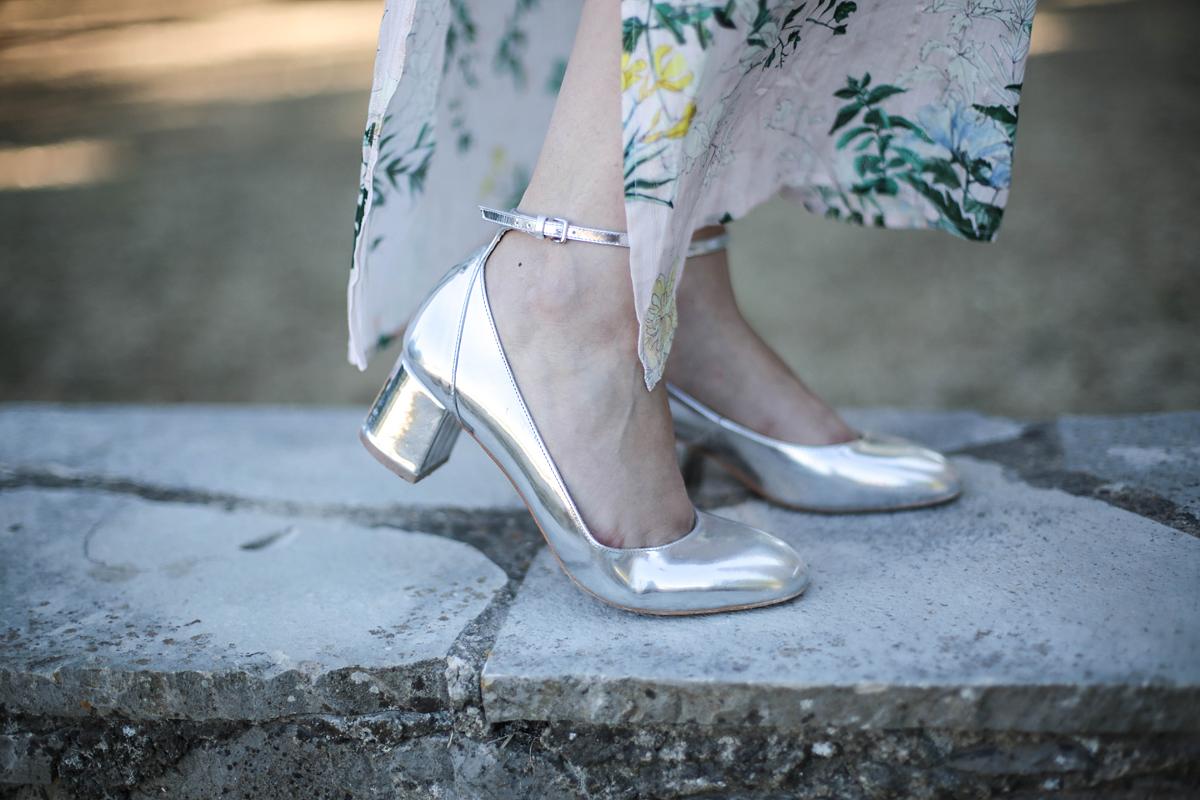 A most divatos fémszínű topánok és táskák a világos vízkékkel, a puha vattacukorszínekkel és a púderes árnyalatokkal élnek igazán. Ám a zöld levélmintákhoz éppúgy jól passzolnak.