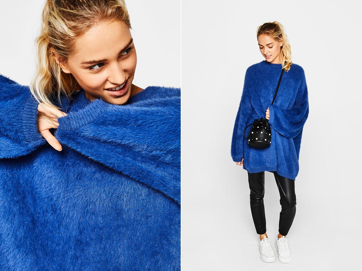 Szőrös, vadítóan kék, oversize pulóvercsoda a Bershka őszi kínálatából, 8995 forintért.