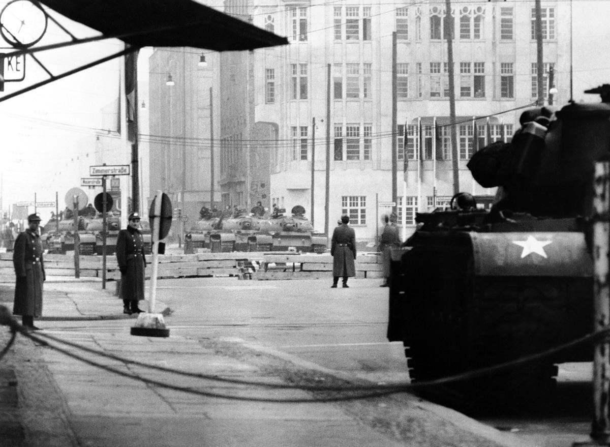 28_egymassal_szemben_allo_szovjet_es_amerikai_tankok_berlinben.jpg