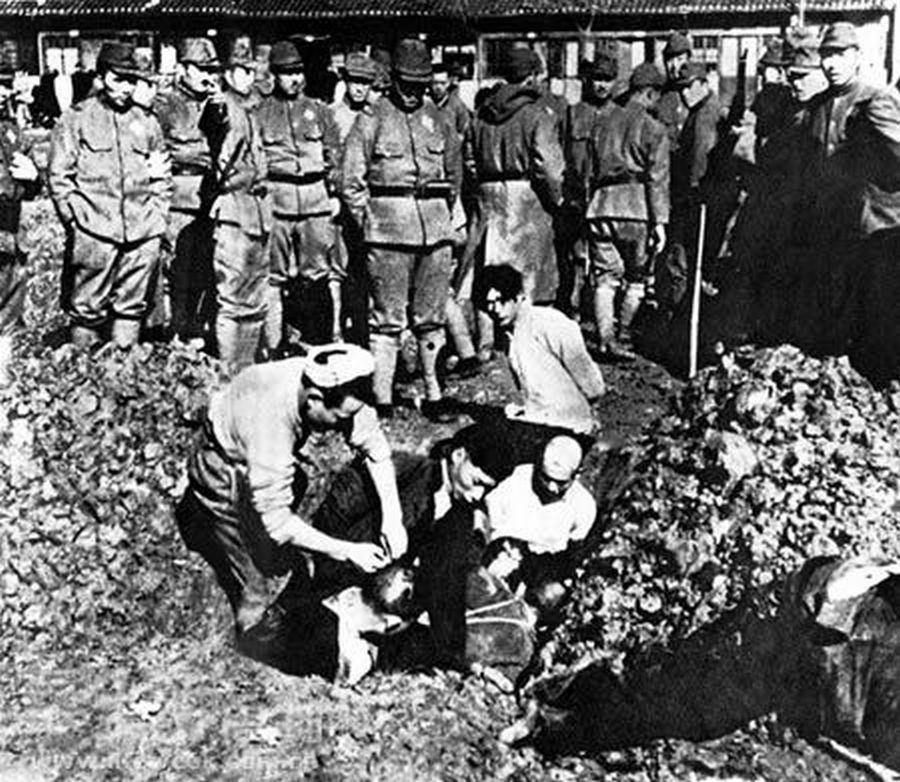 1937_a_nankingi_meszarlas_idejen_japanok_kinai_civileket_elve_temetnek_el.jpg