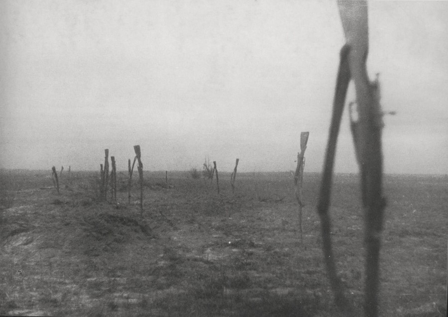 1941_magukat_megado_szovjet_katonak_foldbe_szurt_fegyverei.jpg