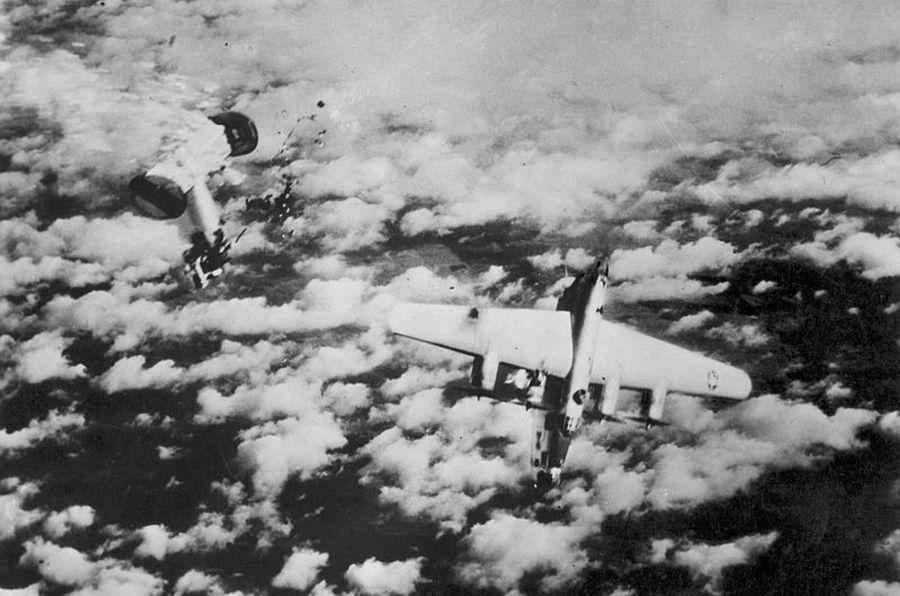 1945_egy_b24m_bombazo_hatso_torzsreszet_lotte_le_egy_messerschmitt-262-es_egy_r4m_raketaval.jpg