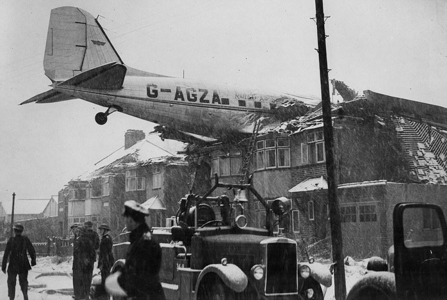 1946_egy_douglas_dc-3-as_egy_heves_hoviharban_egy_londoni_haztetore_zuhant_senki_sem_serult_meg.jpg