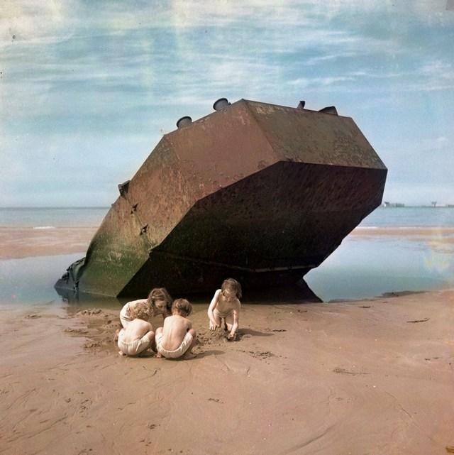 1947_gyerekek_jatszanak_normandiaban_a_korabban_veres_partraszallas_helyszinen_omaha_beach-en.jpg