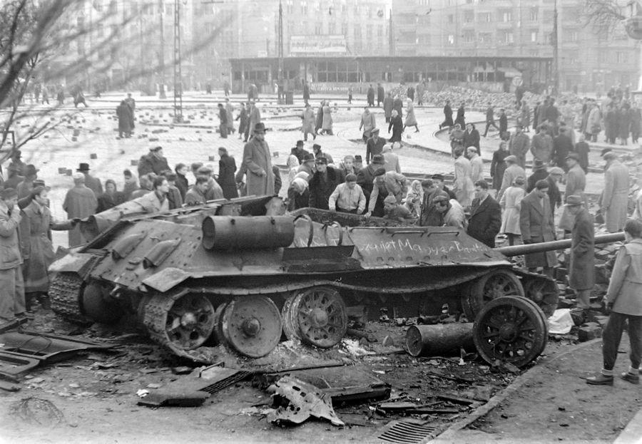 1956_novembere_budapestiek_neznek_egy_kilott_szovjet_tankot.jpg