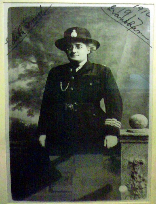 1916_edith_smith_nagy-britannia_elso_rendornoje.jpg