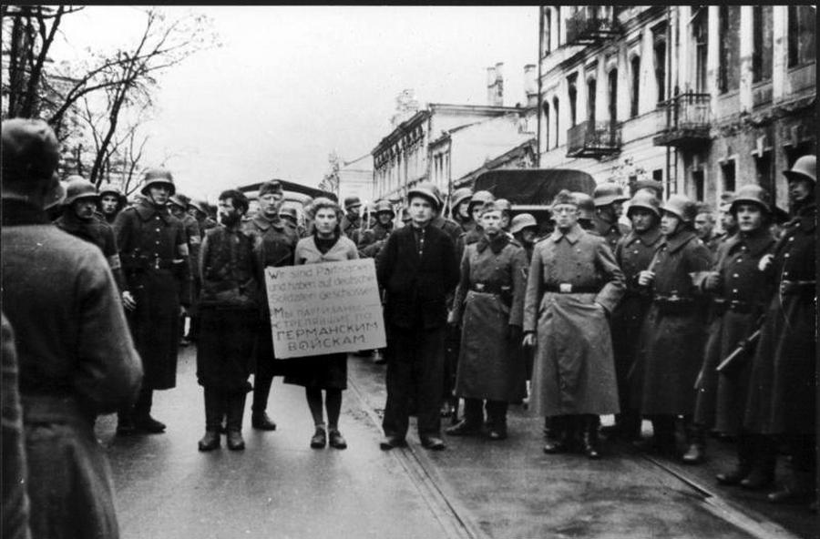1941_minszk_utcain_kiserik_vegig_a_vesztohelyre_a_nemetek_krill_trus_masa_bruskina_es_vologya_serbatyevics_partizanokat_akik_a_tablajuk_szerint_nemeteket_oltek_meg.jpg