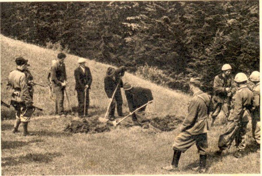1944_jugoszlav_partizanok_sajat_sirjukat_assak_kivegzesuk_elott_amit_szabotazsert_szabtak_ki_rajuk.jpg